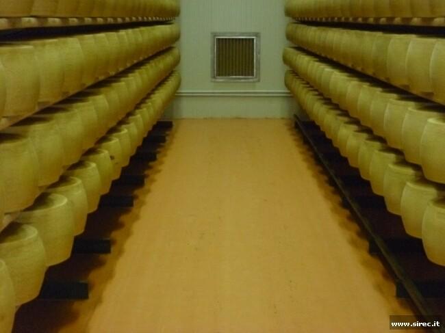 Pavimentazione corsia magazzino formaggi » Rivestimento pavimento in resina epossidica